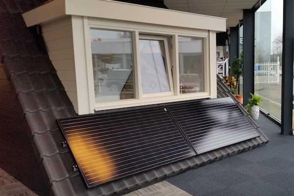 Kunststof dakkapel met zonnepanelen
