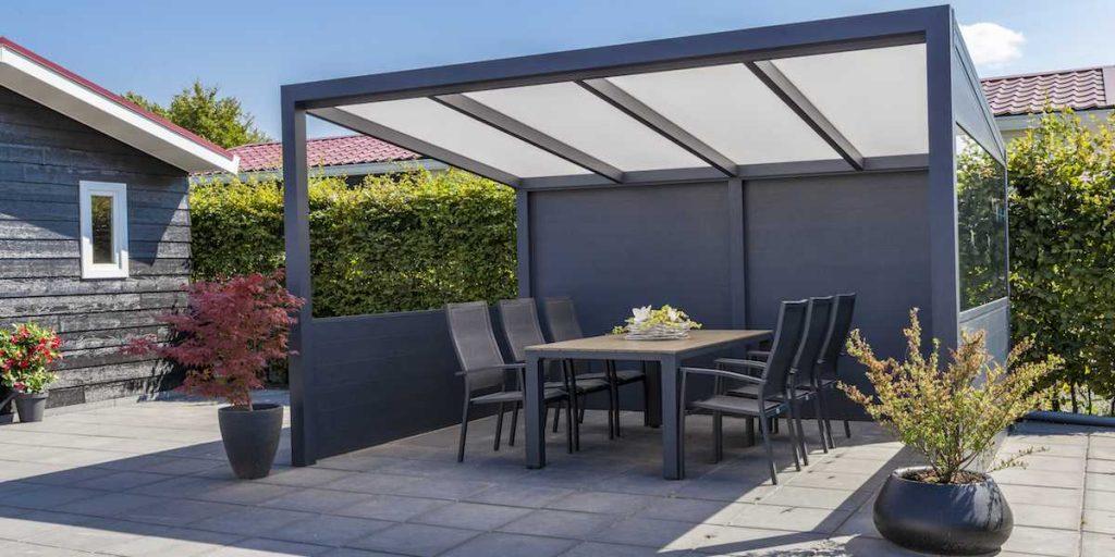 Vrijstaande terrasoverkapping in de kleur zwart